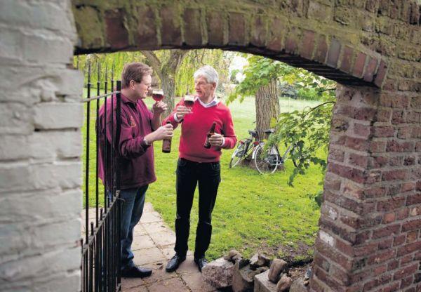 Slijter Werner van Doren (links) en Frans Kruijen proeven hun nieuwe bier. foto's Rob Oostwegel.